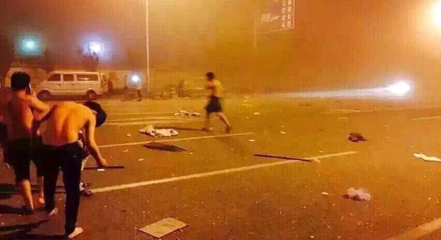 Det officielle dødstal er steget til 44, efter to kæmpe eksplosioner ramte den kinesiske havneby Tianjin onsdag aften. Samtidig meldes der om op mod 400 sårede og overfyldte hospitaler. Det kinesiske nyhedsbureau Xinhua rapporterer, at eksplosionerne skete på et lager, der opbevarer »farligt og kemisk gods«, i et havneområde i byen.Se de første billeder efter braget lige her: