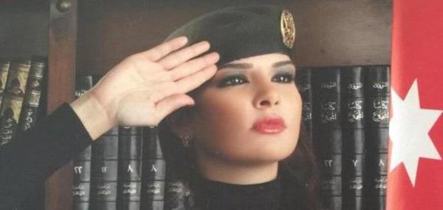Den 33-årige skønhedsdronning Laura Abdallat har smidt fløjlshandskerne. Nu skal hun bekæmpe Islamisk Stat.