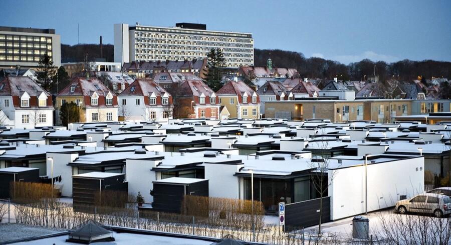 En kold morgen med sne på rækkehustage, parcelhuse i baggrunden og bagerst Aalborg Sygehus Syd tirsdag d. 5. februar 2013. (Foto: Henning Bagger/Scanpix 2013)