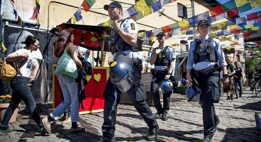 Politiet på Pusherstreet for en uge siden. Torsdag skubbede en betjent en kvinde, og fredag anholdte de hende, mens Berlingske var tilstede.