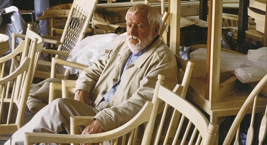 Ejnar Pedersen i værkstedet hos PP Møbler i 2005. Snedkeren, der arbejdede under den danske møbelkunsts guldalder. Foto: PP Foto