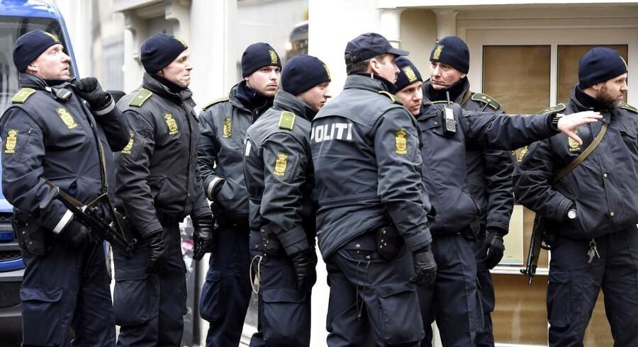 Politi foran synagogen i Krystalgade, hvor to af deres kolleger natten til søndag blev ramt af skud.