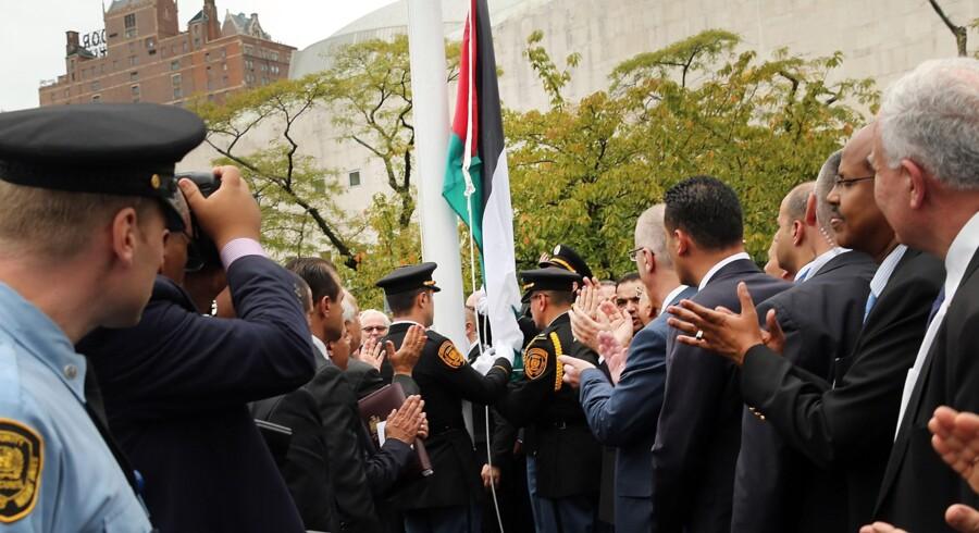 Det var et historisk øjeblik, da det palæstinensiske flag – til Israels store fortrydelse – strøg til vejrs ved ?FN-bygningen i New York. Foto: Spencer Platt/Getty Images