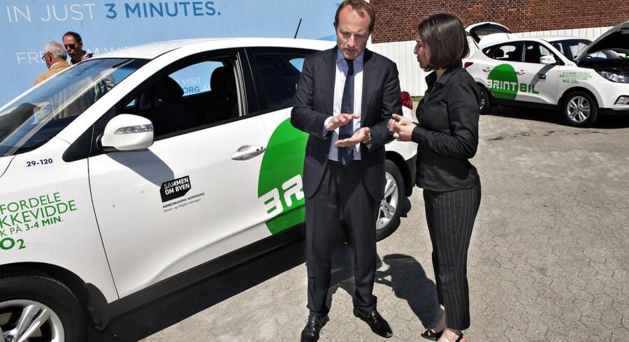 Martin Lidegaard, klima- og energiminister, og Københavns teknik- og miljøborgmester Ayfer Baykal til overdragelsen af Københavns Kommunes 15 nye brintbiler. De er led i at udskifte kommunens flåde af personbiler til el- og brintelektriske biler, så 85 procent er udskiftet i 2015.