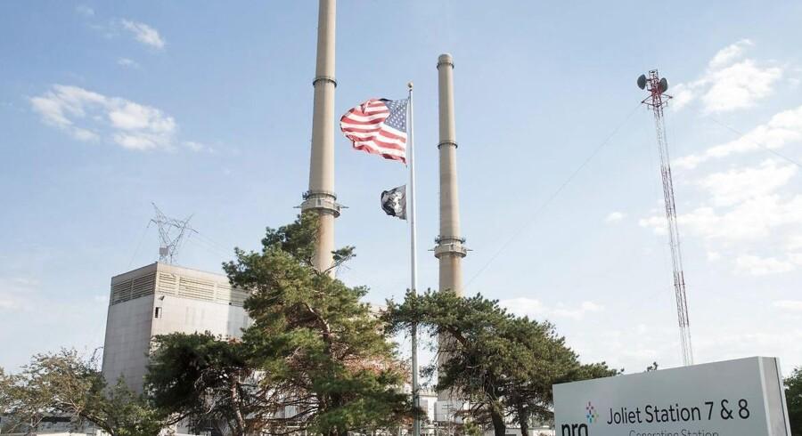 Et flag hænger foran det amerikanske energiselskab NRG Energys kraftværk i Joliet, Illinois. Arkivfoto.