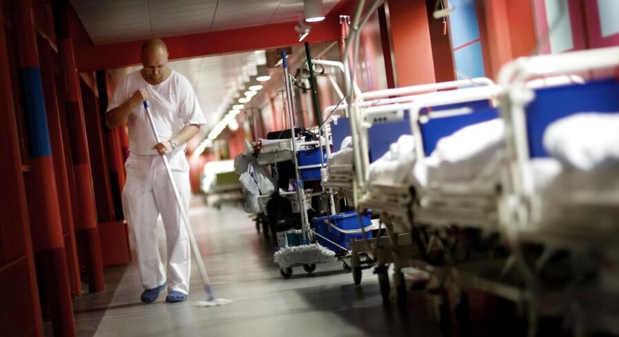Rigshospitalet har fyret servicekoncernen ISS på grund af for lav kvalitet i rengøringen.