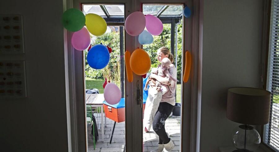 Lykkejagt på Lykkevej i Charlottenlund. Hos Louise og Anders Drejer er der ikke meget tid til sig selv for tiden. Her passer Louise deres yngste Ellen på 4 måneder..