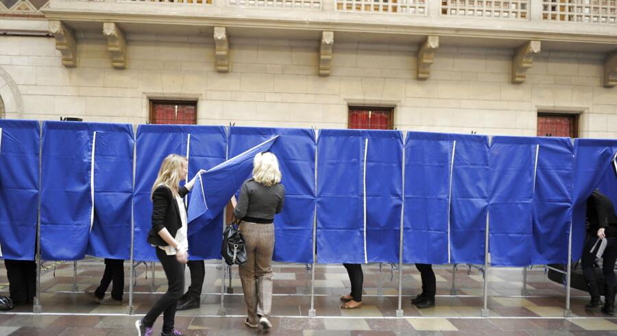 RB PLUS Forskere frygter stor skare af sofavælgere. ARKIVFOTO. Ritzau 18/11 2015 15.00.- - Forvirring og tvivl kan få mange danskere til at fravælge stemmeboksen og blive hjemme, når der om få uger skal stemmes om en afskaffelse af retsforbeholdet. // PLUS-historie. Mange danskere med indvandrerbaggrund kommer aldrig ind i stemmeboksen, men det forsøger folketingskandidaterne Yildiz Akdogan og Özlem Cekic at lave om på. (se Ritzau historie 021630) Der stemmes på Københavns Rådhus torsdag morgen den 15. september. Politikerne har haft tre uger til at holde salgstaler, debattere og overbevise vælgerne om, hvor de skal sættes deres kryds. Nu er det de 4, 1 millioner vælgeres tur til at tale. Klokken 9.00 åbner landets 1454 valgsteder. 804 kandidater er på valg mod 808 for fire år siden, og kun de 175 får plads i det nye Folketinget sammen med de fire nordatlantiske mandater.(Foto: LISELOTTE SABROE/Scanpix 2011)