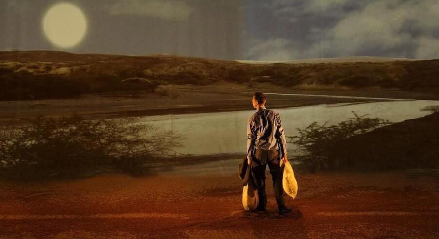 I »Hjælp« på Teater Republique tager Casper (Thomas Corneliussen) til Sydsudan for at finde ud af mere om sin søster, der er død under en udstationering. Forestillingen forholder sig kritisk til den måde, vi forvalter bistandsmidlerne på. Foto: Per Morten Abrahamsen