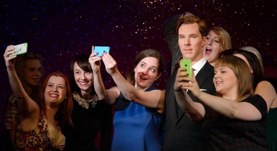 Benedict Cumberbatchs fremstilling af Sherlock Holmes har skaffet ham mange kvindelige fans, hvilket blandt andet fremgår af dette billede fra Madame Tussauds museum i London, hvor skuespillerens Holmes-karakter er genskabt i voks. Men Holmes selv er også lidt af en førsteelsker, mener Cumberbatch. Foto: AFP/Leon Neal