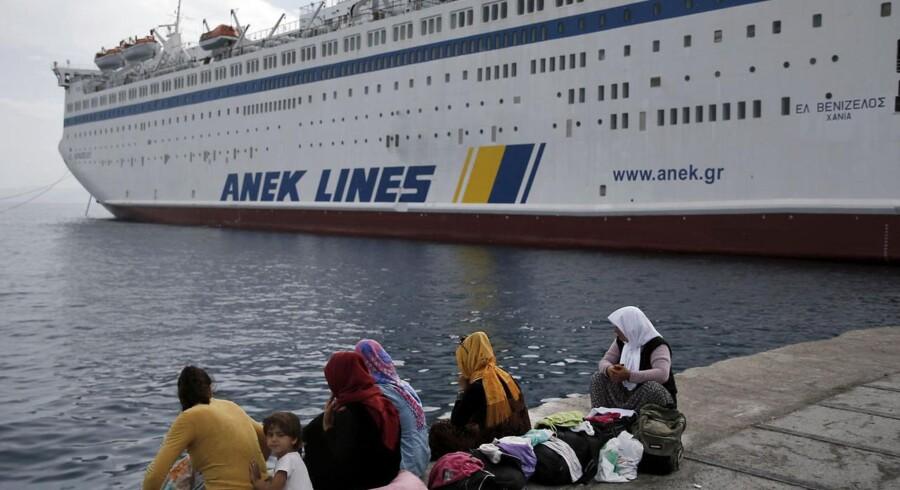 """En gruppe syriske kvinder venter på kajen foran færgen """"Eleftherios Venizelos"""", som er sendt til Kos for at huse 2500 syriske flygtninge, men endnu ikke har taget nogen om bord."""