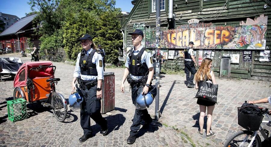 Advokat Thorkild Høyer finder det meget problematisk, at en politibetjent tilsyneladende skubbede en kvinde så voldsomt, at hun væltede omkuld i forbindelse med urolighederne på Christiania torsdag. Arkivfoto fra tidligere på ugen.