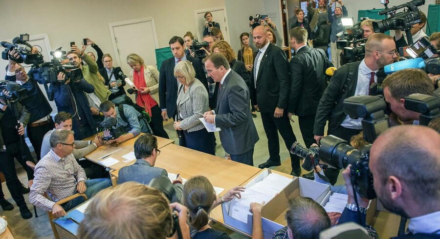 Et billede fra valgstedet i Stockholm, hvor Socialdemokraternes leder afgav sin stemme.
