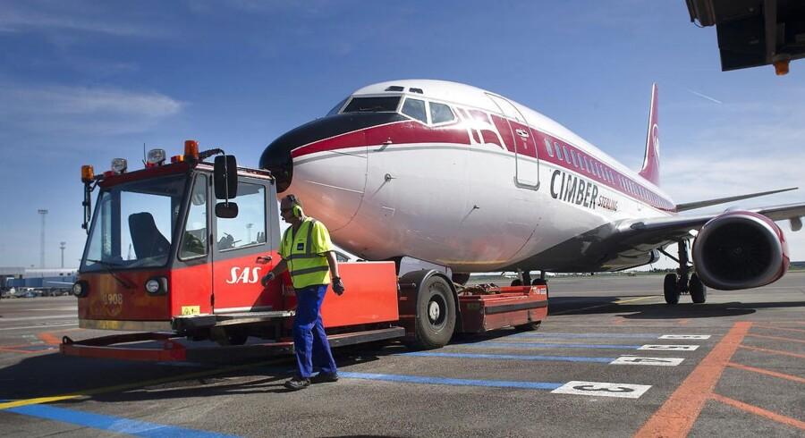 Et fly fra det konkursramte flyselskab Cimber Sterling bugseres fra banerne i Kastrup Lufthavn torsdag 3. maj 2012.