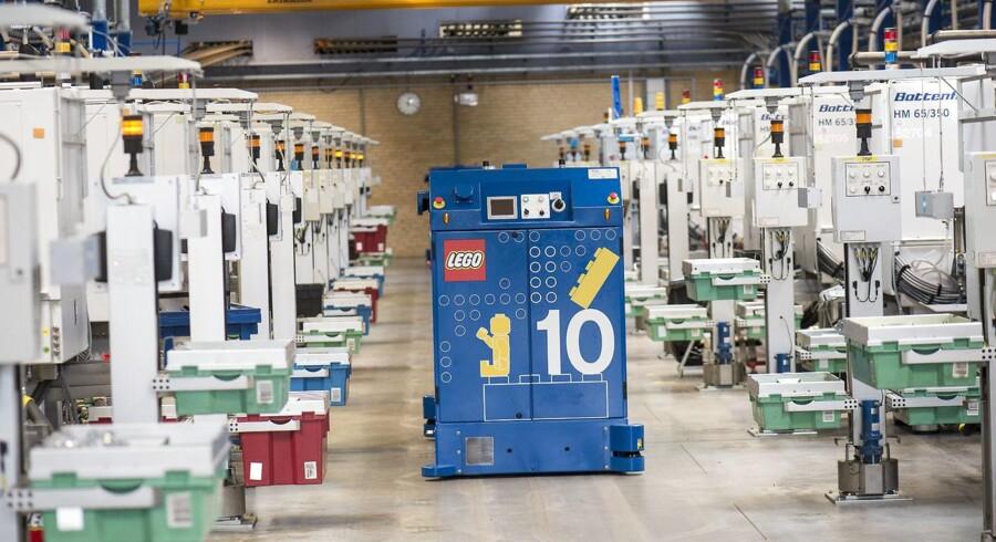 """LEGO - Billund - Lego fabrikken - Her fra fabrikken på Kløvermarken, hvor LEGO's plaststøberi er. Her de fuldautomatiserede støbemaskine - """"robotter"""" kører rundt og henter / bringer produkter."""