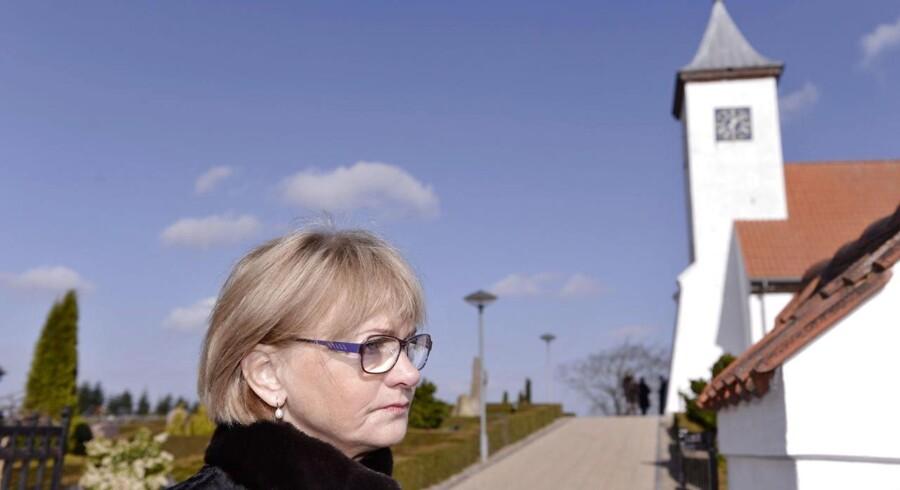 Pia Kjærsgaard ønsker sommertid afskaffet. Her er hun fotograferet med kirketårnet og -uret i baggrunden ved DF-kollegaen Jesper Langballes begravelse for nylig i Thorning Kirke.