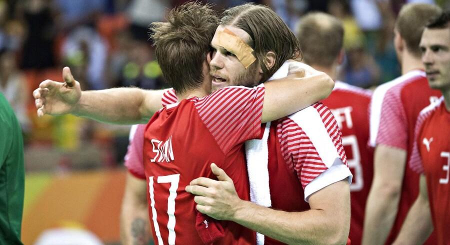 Lasse Svan og Mikkel Hansen efter kampen mod Slovenien, der endte 37-30 til Danmark, der nu er i semifinalen.