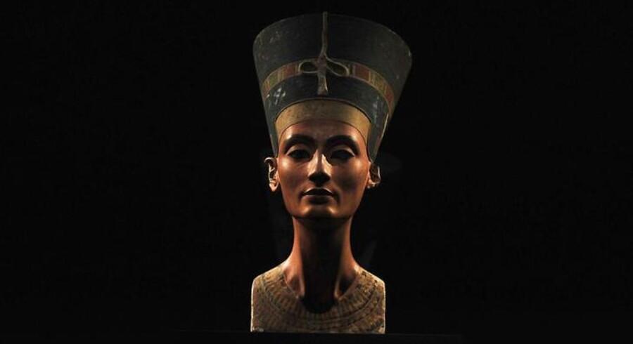 Den 3300 år gamle buste af dronning Nefertiti, som står på et museum i Berlin i dag.