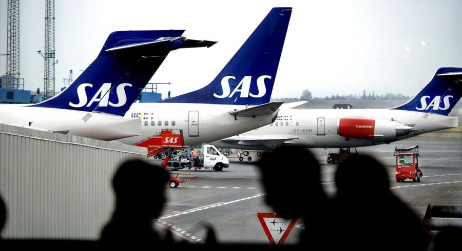 SAS valgte i forlængelse af deres novemberstrategi at outsource dele af administrationen til firmaet Sykes. Det skaber nu lang ventetid ved telefonerne til kunde- og salgsservicen, fordi overleveringen er sat i gang.