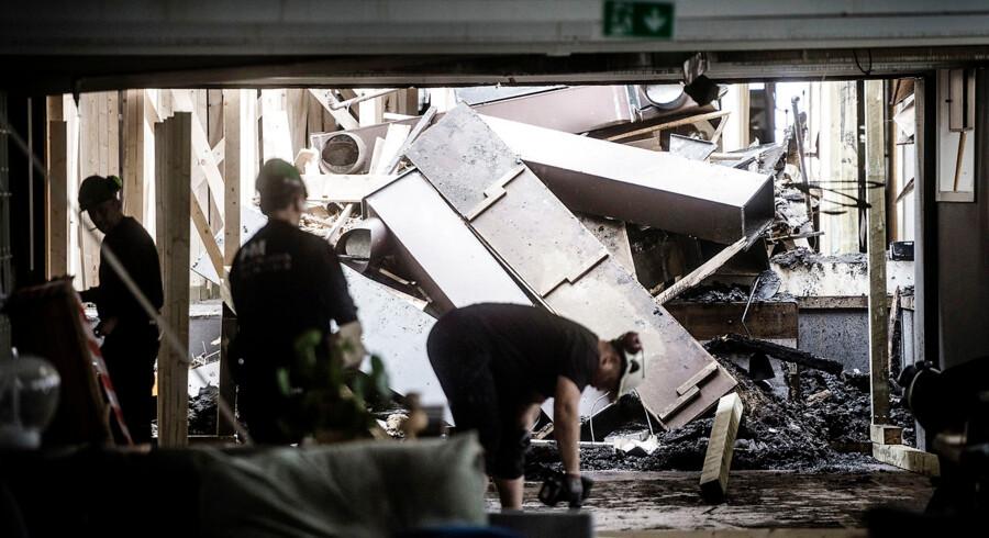 Illums Bolighus blev natten til søndag raseret af en voldsom brand på bygningens tag. Man ved endnu ikke hvilket beløb skaderne løber op i, men det anskydes allerede nu til at dreje sig om adskillige millioner.