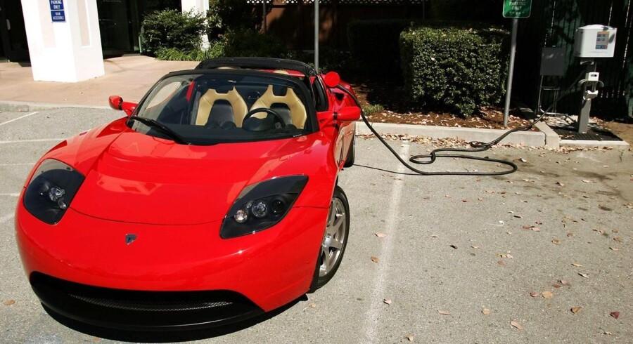 Her ses en Tesla Roadster i stikket foran virksomhedens hovedkvarter i San Carlos, Californien.