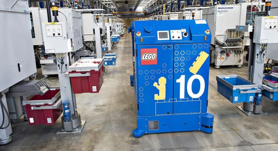 """Her fra fabrikken på Kløvermarken, hvor LEGO's plaststøberi er. Her de fuldautomatiserede støbemaskine - """"robotter"""" kører rundt, henter og bringer produkter."""