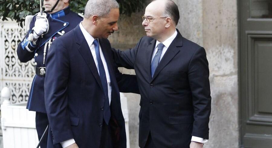 Frankrigs indenrigsminister Bernard Cazeneuve (til højre) hilser på USAs justitsminister, Eric Holder, før søndagens møde.