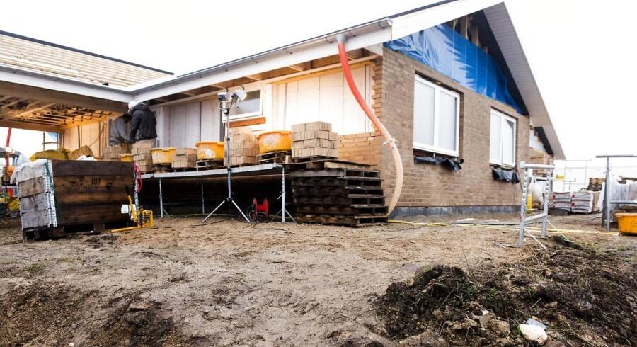 »Renten er lav, prisen på el, vand og varme høj, og skal man have vedligeholdt sin bolig ved hjælp af håndværkerne, ligger regningen sjældent til den lave side. På den baggrund kan man undre sig over, at der ikke er flere danskere, der tænker i nybyggeri frem for at købe en eksisterende bolig,« siger Lise Nytoft Bergmann