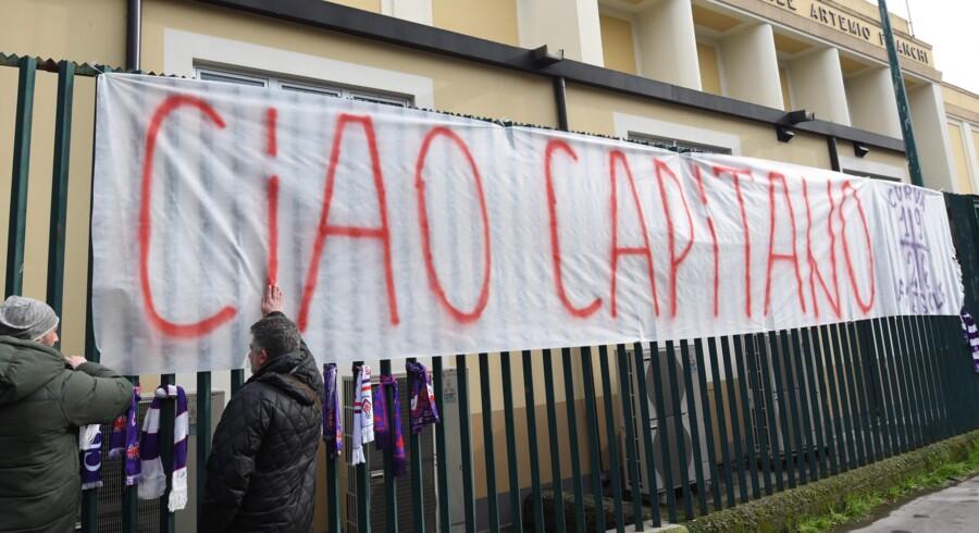 Fiorentina-fans tager afsked med klubbens nu afdøde anfører. Scanpix/Claudio Giovannini