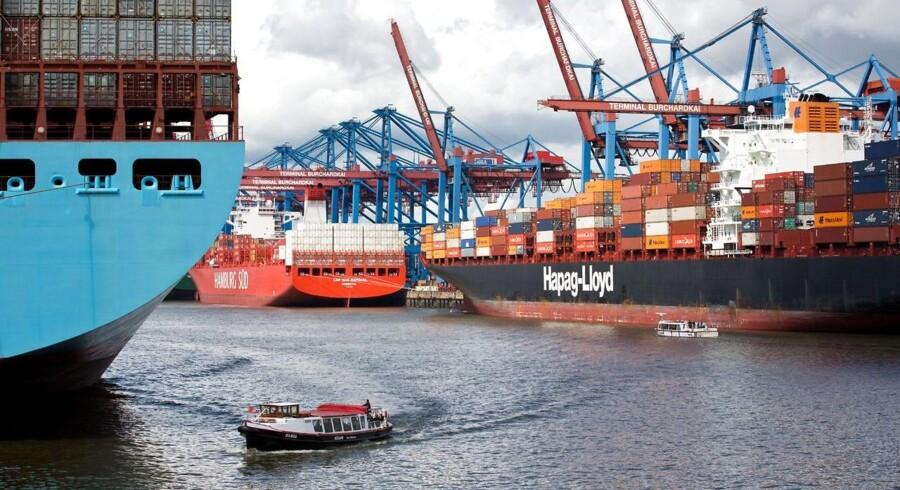 Maersk Lines tyske konkurrent Hapag-Lloyd overvejer at lægge en ordre på seks store containerskibe.