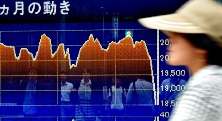De kinesiske aktiemarkeder styrtdykker og trækker aktier i hele verden med sig ned. Her er det ved børsen i Tokyo.