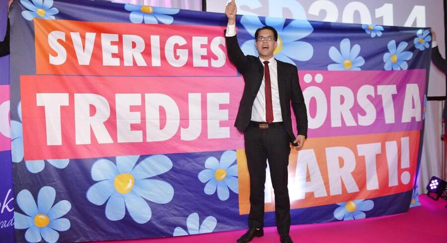 Sverigedemokraternas leder, Jimmie Åkesson, fejrer på valgaftenen, at partiet nu er Sveriges tredjestørste.