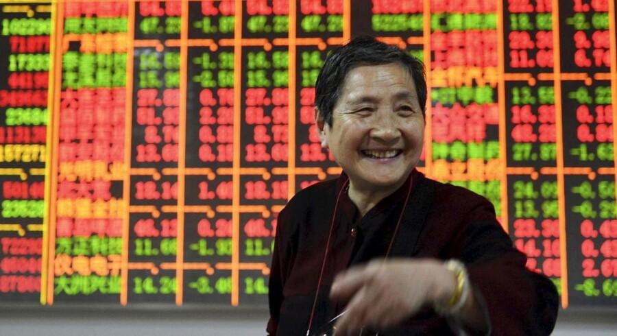 De kinesiske aktier tog mandag endnu lidt af et ryk opad. Flere iagttagere vurderer, at børsfesten kan fortsætte trods det, at kinesiske aktier har ramt det højeste niveau siden februar 2008.