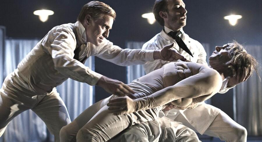 »Elefantmanden« er en helt ny kreation med bl.a. Nikolaj Hübbe (tv.) som Dr. Treves og Alexander Kølpin (i midten) i titelrollen.