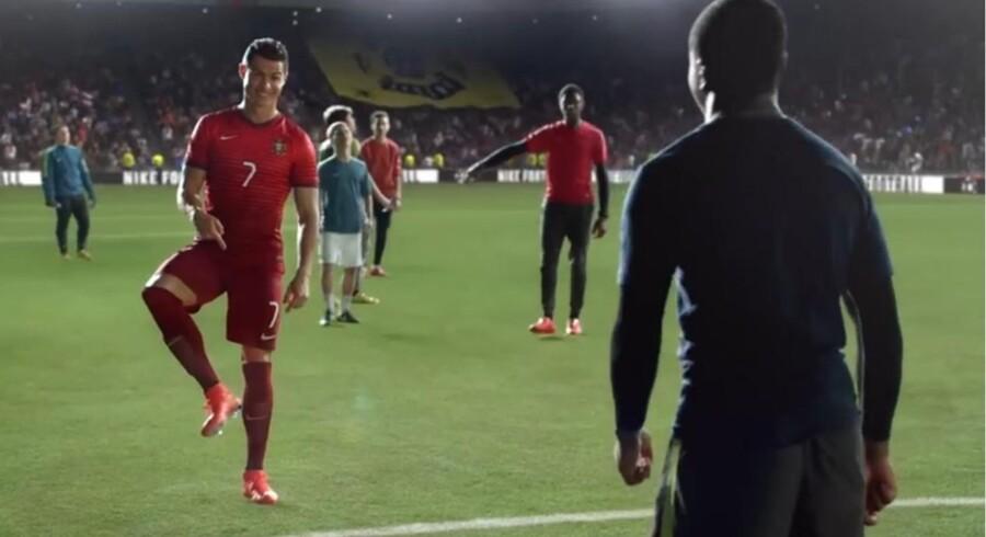 Screendumb af reklamevideoen: Nike Football: Winner Stays. ft. Ronaldo, Neymar Jr., Rooney, Ibrahimović, Iniesta & more