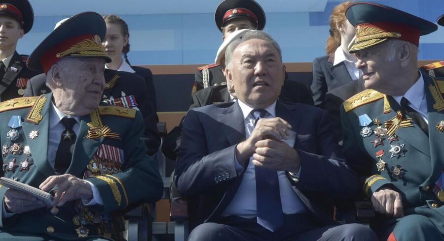 Kazakhstans præsident og diktator Nursultan Nazarbayev flankeret af russiske militærnotabiliteter under den store militærparade i Moskva i maj.
