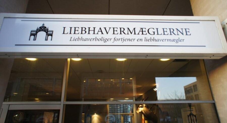 Efter fem år uden for branchen er Henrik Mühldorff tilbage og vil sælge eksklusive boliger i Storkøbenhavn - nu fra sin lille butik på Strandvejen i Hellerup.