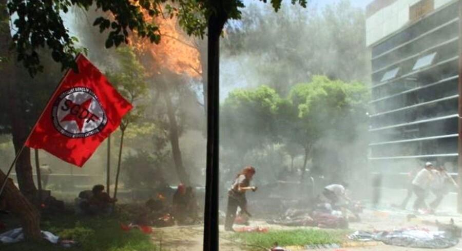 Billede fra byen Suruc i det sydøstlige hjørne af Tyrkiet, taget kort efter, at en selvmordsbombe detonerede. Mindst 30 mennesker meldes dræbt. Foto: EPA