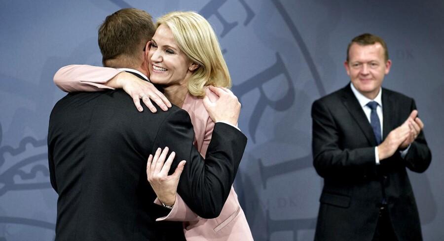 Helle Thorning-Schmidt overdrog mandag Statsministeriet til Lars Løkke Rasmussen. Her giver Thorning-Schmidt departementschef Christian Kettel Thomsen et knus.