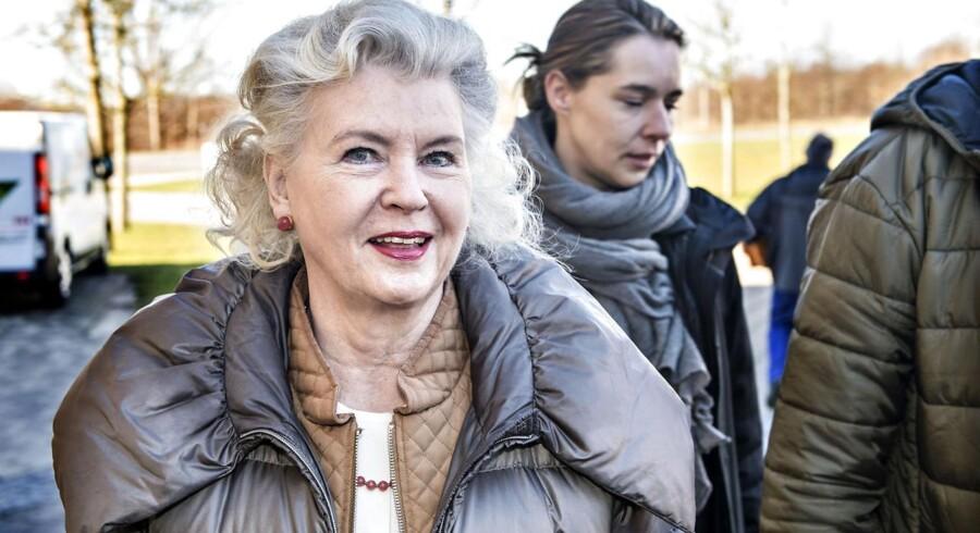 Den 83-årige Tineke Færch ankommer tirsdag d. 11 marts 2014 til retten i Helsingør. Tineke Færch har stævnet sin datter Merethe Færch med krav om tilbagebetaling af 273 millioner kroner efter en aktiehandel mellem mor og datter i 2006. Tineke Færch tabte sagen til datteren.