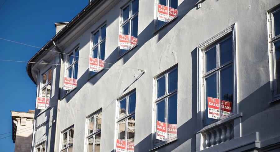 Home Til Salg skilte fotograferet i København søndag den 25. oktober 2015.