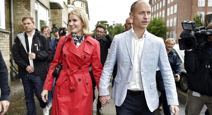 Statsminister Helle Thorning-Schmidt med sin mand Steven Kinnock på vej til Kildevældsskolen i København, hvor hun torsdag stemte på sig selv.