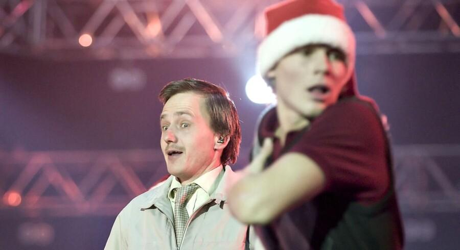 """MC Einars danske hiphop-klassiker """"Jul Det' Cool"""" både topper hadelisten og ligger nr. 2 på hitlisten, når Magasin-kunder skal vurdere julemusikkens kvalitet."""