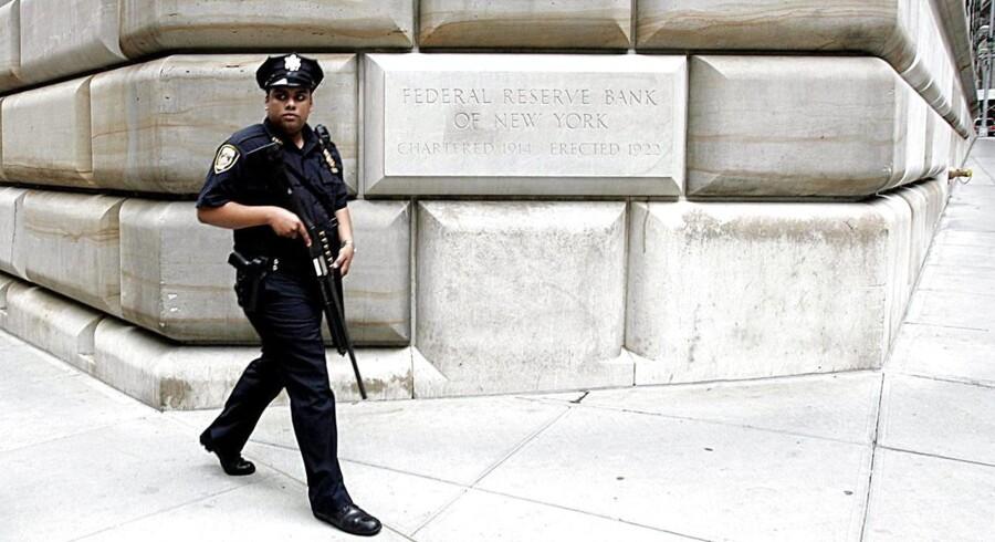 En politibetjent patruljerer foran Federal Reserve Bank of New York, som udfører spørgeskemaundersøgelsen Empire State Manufacturing.