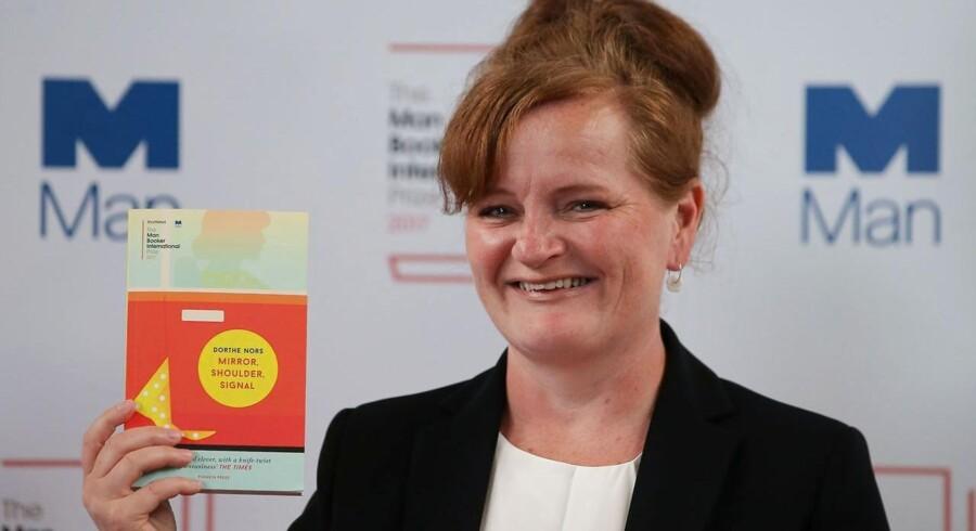 Dorthe Nors fotograferet tirsdag med den engelske version af den bog,det handler om: Romanen »Spejl, skulder, blink«, som var i spil til den prestigefyldte Man Booker International Prize - men som hun ikke fik.