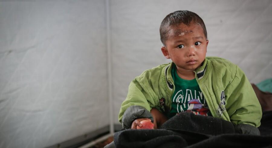 Sujal på to et halvt år lå fanget i 36 timer i familiens sammenstyrtede hus, inden nødhjælpsarbejdere fandt ham. Nu er han i sikkerhed hos SOS Børnebyerne