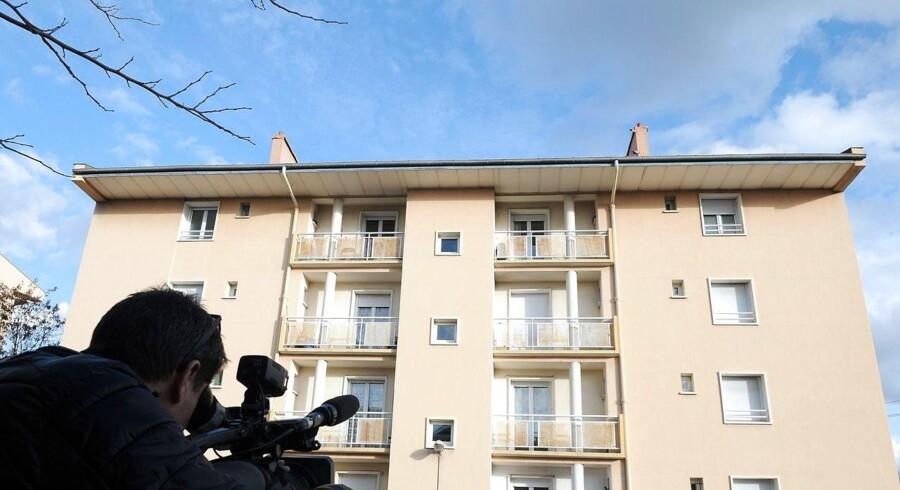 En mand filmer bygningen i byens Béziers, hvor fransk politi tirsdag slog til mod en en gruppe tjetjenere, som angiveligt var i færd med at forberede et terrorangreb.