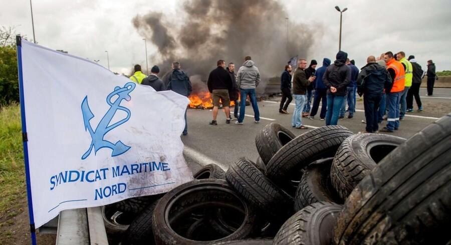 Franske sømænd fra fagforeningen Syndicate Maritime Nord har siden slutningen af juni haft blokeret havnen i Calais og spærret motorveje og togspor med brændende bildæk.