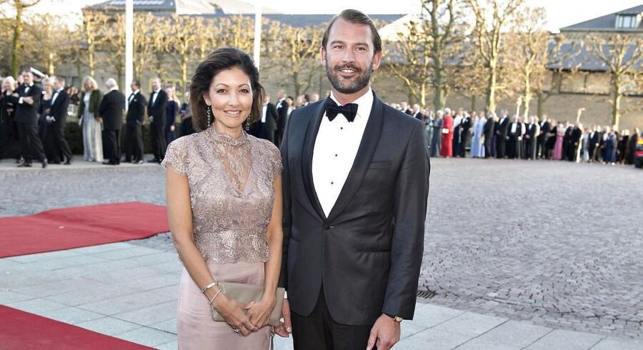 En smilende grevinde Alexandra sammen med sin mand Martin Jørgensen på den røde løber til Dronning Margrethes 75 års fødeselsdag i Århus i onsdags. Står det til danskerne skal grevinden give afkald på sine årpenge.