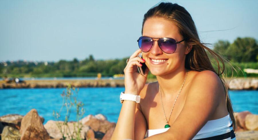MODELFOTO. Nu er det billigere at gå på nettet med mobilen i ferien.